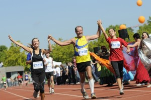 Heinz-Peter Schwertges mit seinen Töchtern als Marathonengel beim Karlsruhe Marathon 2010